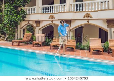 Limpador piscina homem azul camisas limpeza Foto stock © galitskaya