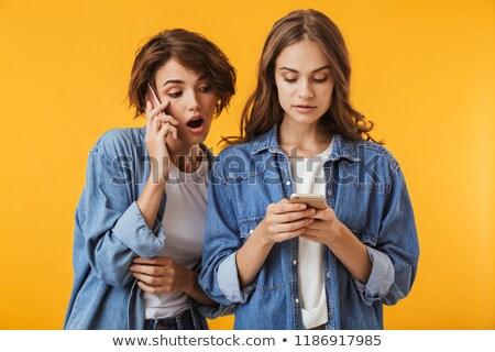 友達 · 携帯電話 · 2 · 若い女性 · ソファ - ストックフォト © deandrobot
