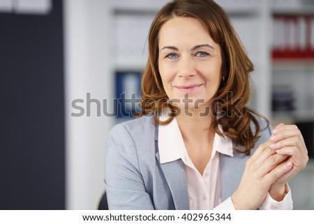 シニア · ビジネス女性 · 作業 · 文書 · 会議 · 表 - ストックフォト © photography33
