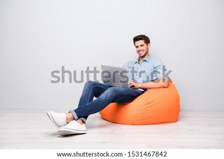 Zakenman werken laptop geïsoleerd laptop computer glimlachend Stockfoto © nyul