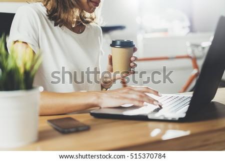 zarif · kadın · içme · kahve · çalışma - stok fotoğraf © dolgachov