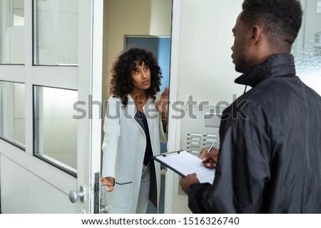 Vrouw opening deur geld man Stockfoto © AndreyPopov