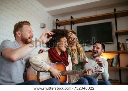 Jonge vrouw spelen gitaar buiten muur Stockfoto © dehooks