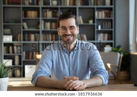 Erkek genç iş adamı portre yalıtılmış beyaz Stok fotoğraf © zittto