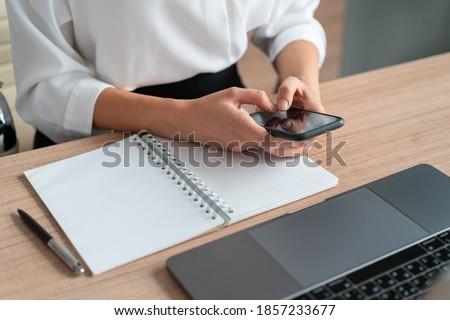 Foto stock: Caderno · telefone · cópia · espaço · tela · tabela · móvel