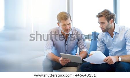 2 · ビジネスマン · 見える · デジタル · タブレット · 笑みを浮かべて - ストックフォト © boggy