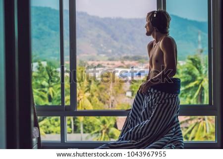 Homem para cima manhã música sem fio fones de ouvido Foto stock © galitskaya