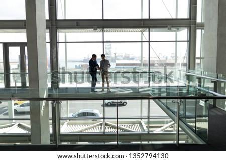 Afgelegen twee zakenman naar beneden te kijken Stockfoto © wavebreak_media