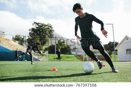 Młodych piłkarz piłka dziedzinie ziemi piłka nożna Zdjęcia stock © Lopolo