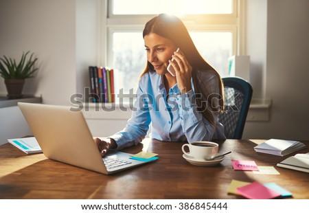 Obraz zadowolony kobieta pracy laptop uśmiechnięty Zdjęcia stock © deandrobot