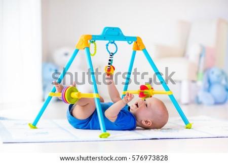 pequeno · bebê · menino · jogar · brinquedos · criança - foto stock © colematt