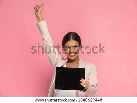 mosolyog · fiatal · női · bemutat · laptop · képernyő - stock fotó © wavebreak_media