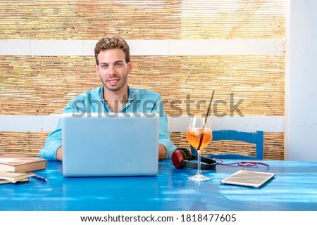 Férfi táblagép fülhallgató ül kávézó szabadidő Stock fotó © dolgachov