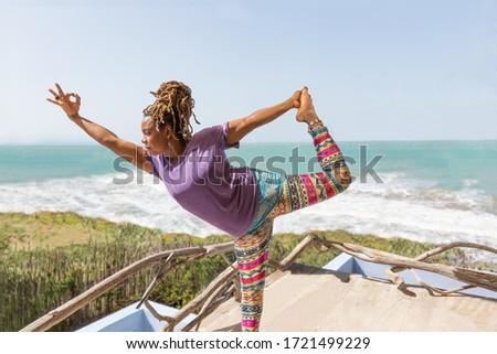 mujer · yoga · relajante · Caribe · playa · muelle - foto stock © dash