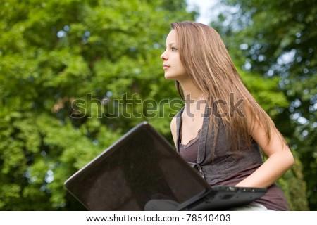 jóvenes · nina · adolescente · diversión · portátil · parque - foto stock © lithian