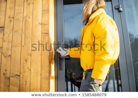 vrouw · opening · voordeur · veiligheid · bescherming · verrassing - stockfoto © andreypopov