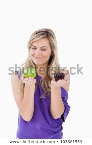 lächelnd · blonde · Frau · halten · Obst · Muffin · weiß - stock foto © wavebreak_media