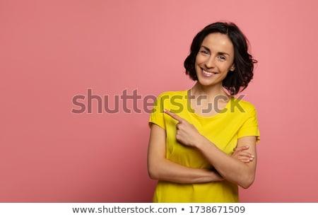 Stok fotoğraf: Gülen · genç · kadın · işaret · yukarı · bakıyor · ayakta