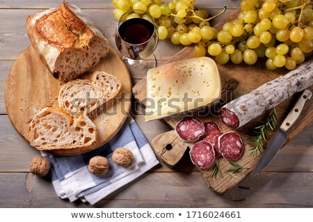 Foto stock: Queijo · vinho · salame · pão · fundo · jantar