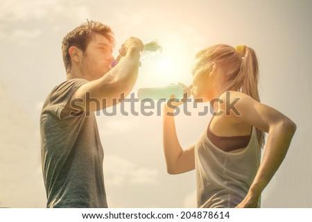 sorridere · Coppia · bottiglie · acqua · esterna · fitness - foto d'archivio © dolgachov
