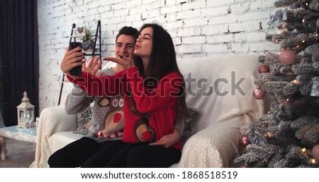 Yandan görünüş genç kafkas çift cep telefonu Stok fotoğraf © wavebreak_media