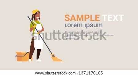 アフリカ 女性 主婦 洗浄 階 ホーム ストックフォト © dolgachov