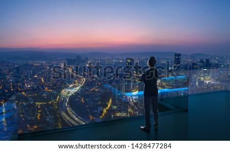 Stock fotó: üzletember · városkép · hát · napsütés · férfi · város