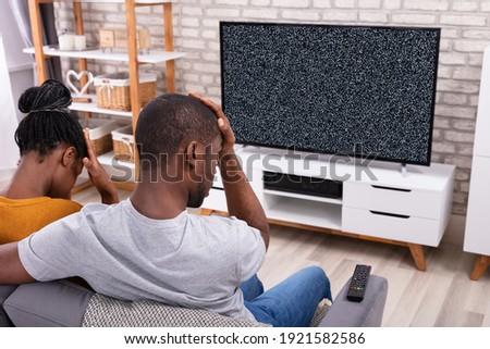 casal · grande · tv · tela · controle · remoto · sofá - foto stock © andreypopov