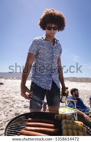 Elöl kilátás fiatal férfi főzés kukorica Stock fotó © wavebreak_media