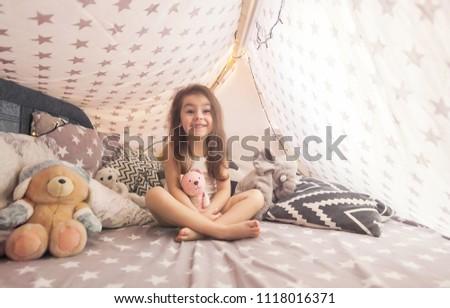 Küçük kız oturma çocuklar çadır ev çocukluk Stok fotoğraf © dolgachov
