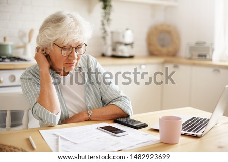 Idős nő papírok számológép otthon üzlet Stock fotó © dolgachov
