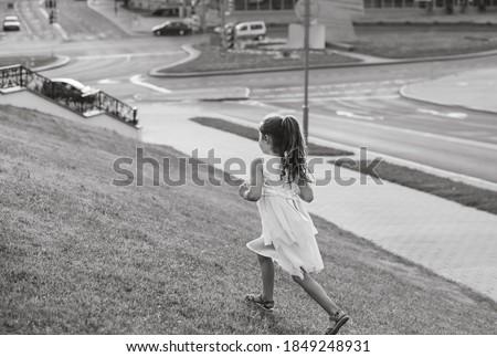 Ouder kind meisje oude straat Stockfoto © Lopolo