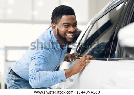 Jonge eigenaar man auto glimlach weg Stockfoto © Lopolo
