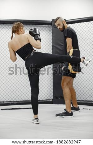 Vonzó szőke hölgy boxeralsó kesztyű fiatal Stock fotó © acidgrey