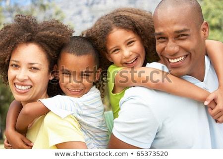 halfbloed · vader · zoon · spelen · op · de · rug · park · gelukkig - stockfoto © feverpitch