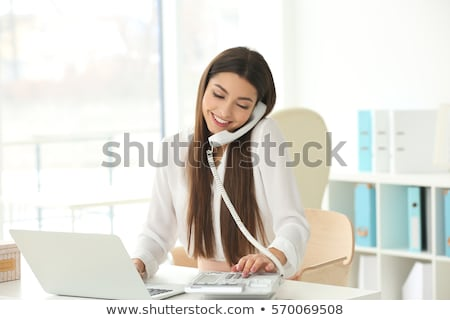 sonriendo · mujer · hermosa · cama · hablar · teléfono · mujer - foto stock © luminastock