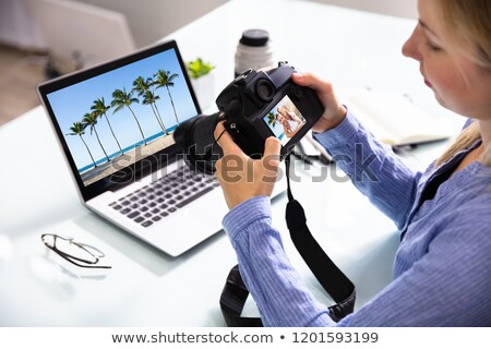 Feminino editor olhando casal dslr Foto stock © AndreyPopov