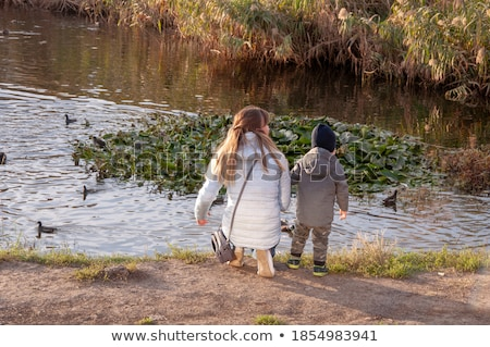Padre madre pequeño hijo lago Foto stock © dashapetrenko