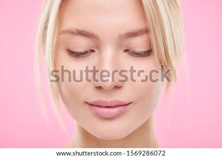 Dość młodych blond naturalnych kobieta patrząc w dół Zdjęcia stock © pressmaster