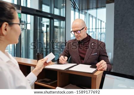 лысые бизнесмен заполнение форме борьбе портье Сток-фото © pressmaster