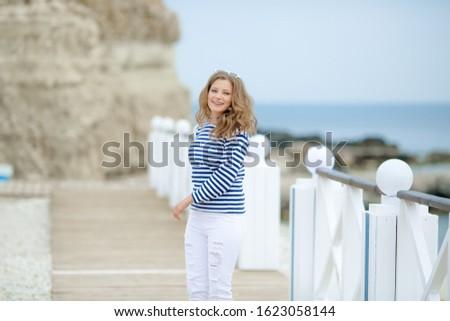 Heureux danse fille battant ville Photo stock © ElenaBatkova