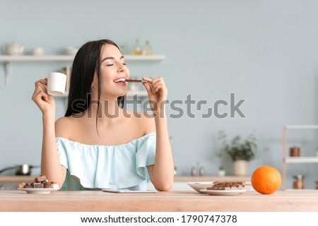 Stockfoto: Jonge · mooie · kaukasisch · vrouw · eten