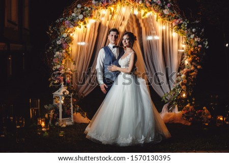 Stockfoto: Brunette · bruid · portret · huwelijksceremonie · boog · bloem