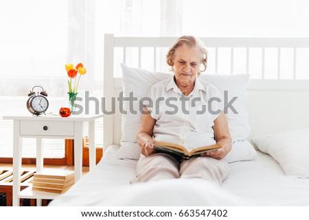 Vergadering bed lezing favoriet boek Stockfoto © tommyandone