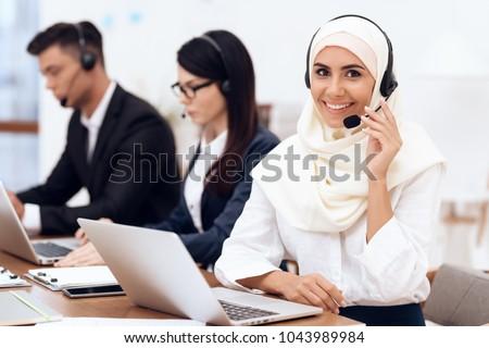 Arab ügyfélszolgálat ügyfélszolgálat kezelő headset kötelesség Stock fotó © NikoDzhi