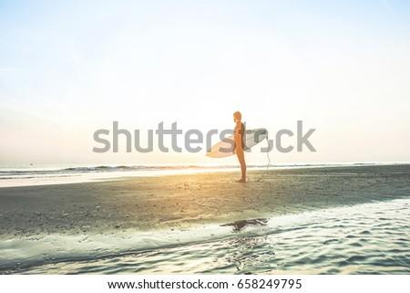 Szörfös vár magas hullámok napfelkelte férfi Stock fotó © DisobeyArt