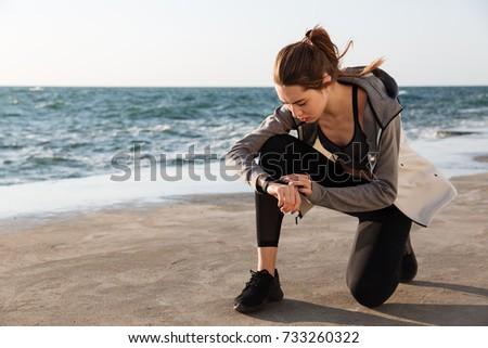 czasu · młodych · business · woman · oglądać · różny · międzynarodowych - zdjęcia stock © deandrobot
