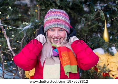 Mooie jonge blonde vrouw kleurrijk sneeuw jas Stockfoto © Traimak