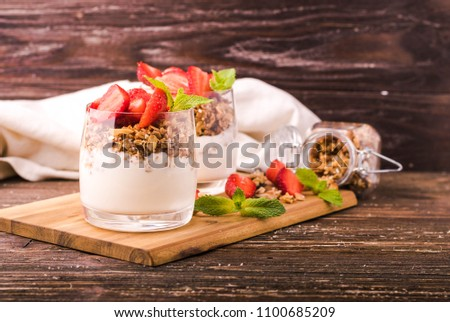 Maison avoine granola fraises verres tranches Photo stock © artjazz