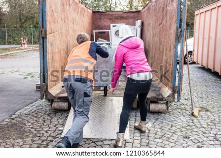 Nő férfi elektomos készülékek újrahasznosítás központ Stock fotó © Kzenon